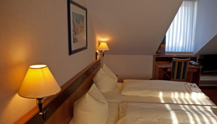 12 Doppelzimmer im Strandhotel Aseleben, davon 6 Zimmer mit getrennten Betten und 3 Zimmer mit Balkon